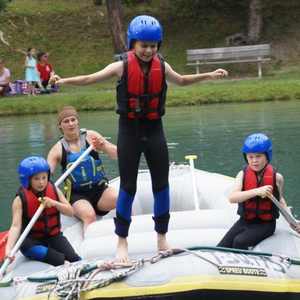 Kinder beim Rafting auf dem See