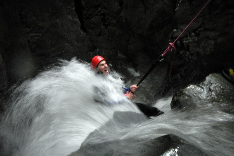Abseilen im Wasserfall