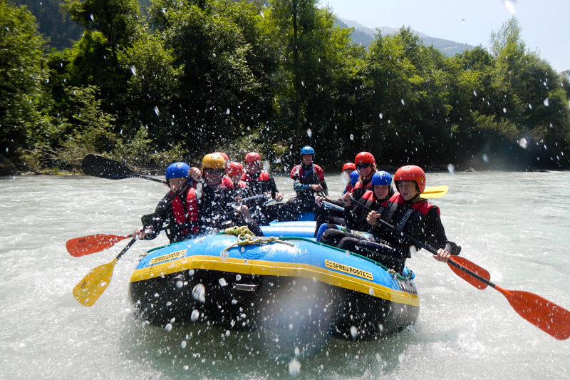 Rafting Action mit der Familie